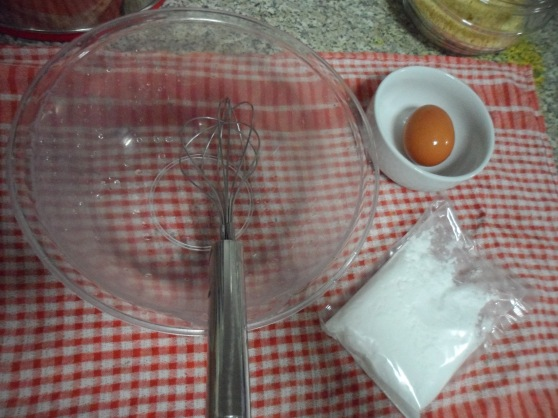 Separate the egg yolk and whites from one egg. Icing sugar mixture provided in the box. (I have omitted the use of lemon juice)