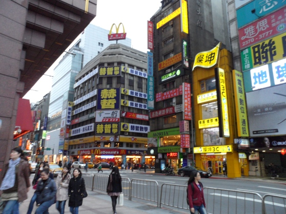 Myriads of neon Signboards that reminds me of Tokyo.